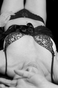 """Boudoir i sort undertøj, hvor hele kroppen kan ses, men stadig med lidt """"hemmeligt"""", der kan pirre fantasien."""
