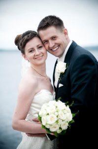 Helt traditionelt bryllupsbillede ved Roskilde Fjord, af Myboudoir