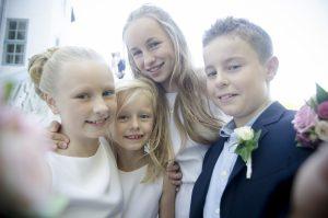 Bryllupsbillede som selfie med børn